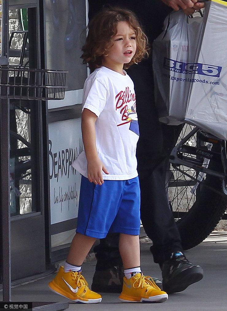 加文罗斯代尔携子现身街头 儿子一头金卷一身运动范又帅又萌