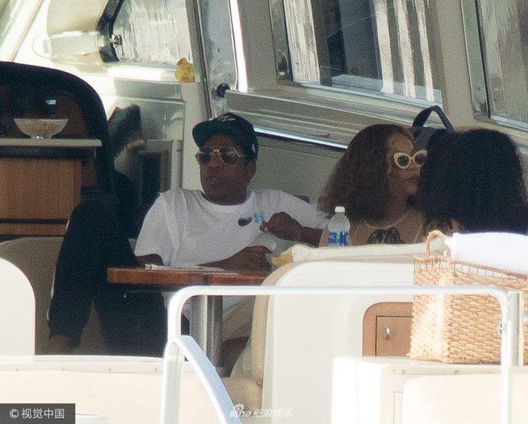 Jay Z带全家乘私人游艇度假 碧昂斯产后发福老公玩