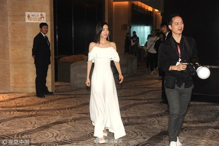 王丽坤吊带白裙性感优雅 赶时间一路小跑进会场露灿笑