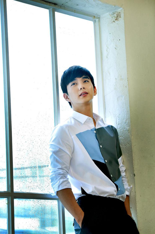 俞承豪拍摄杂志写真 画面帅到没朋友