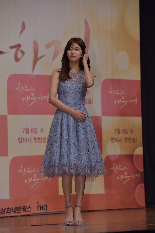 裴秀智穿蓝色蕾丝裙现身 美到没朋友!