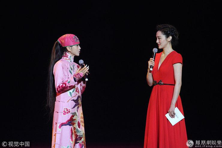59岁杨丽萍为品牌站台 一袭桃红色民族风长袍白色指甲惹眼