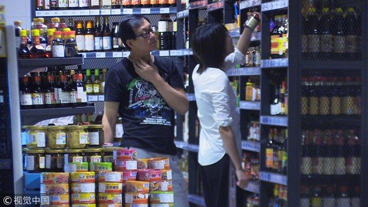 郑爽与老爸超市扫货挑不停 素颜装扮朴素模样呆萌