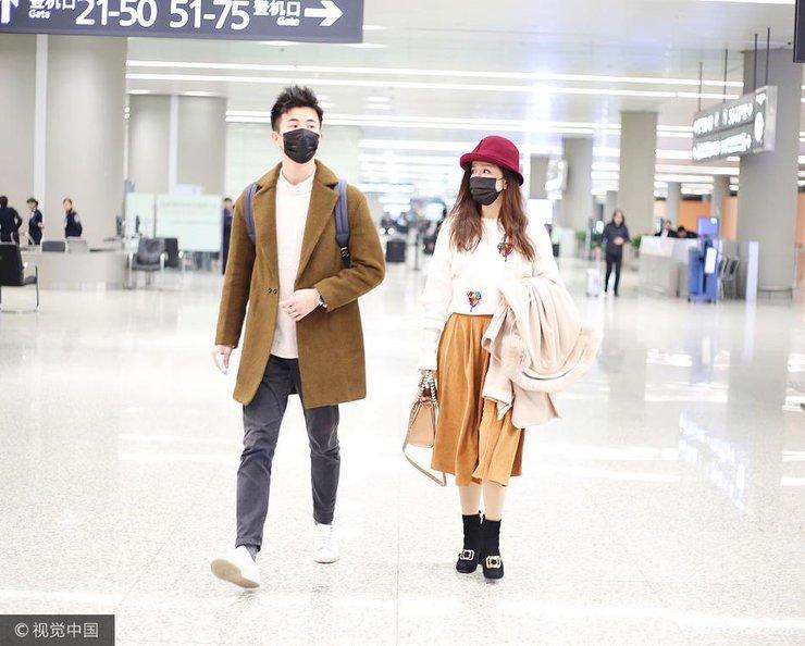 娄艺潇与鲜肉男友机场首秀 相隔1米似刻意保持距离