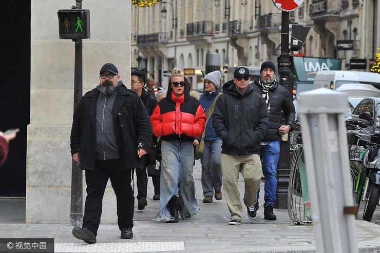 歌手Pink与丈夫手牵手漫步巴黎 复古破洞牛仔时尚吸睛