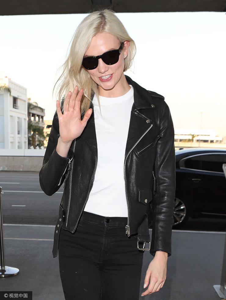 卡莉・克劳斯酷帅黑衣赶飞机 边走变撩发放电散发诱人魅力