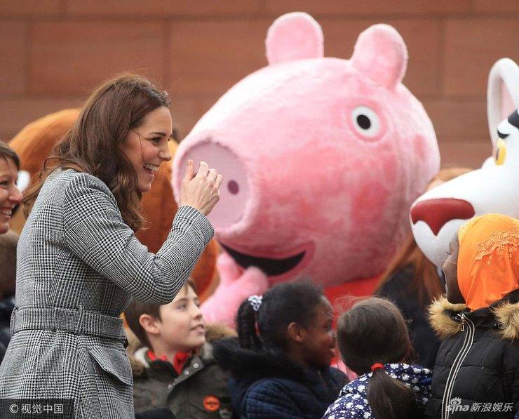 凯特王妃束腰大衣勒出孕肚 与小朋友亲密互动甜笑露双下巴