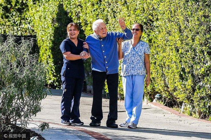 老戏骨柯克・道格拉斯与妻子共同庆祝他的101岁生日