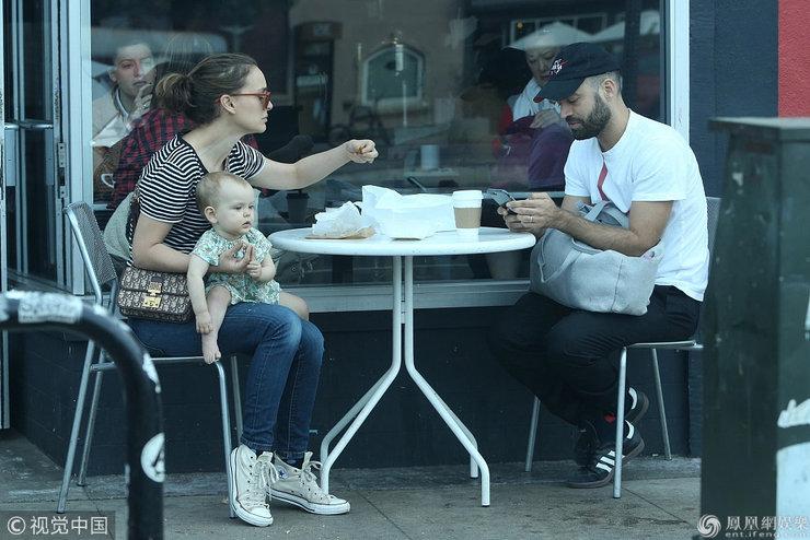影后波特曼和老公街边用餐 一手抱女儿一手用餐妈妈力爆棚