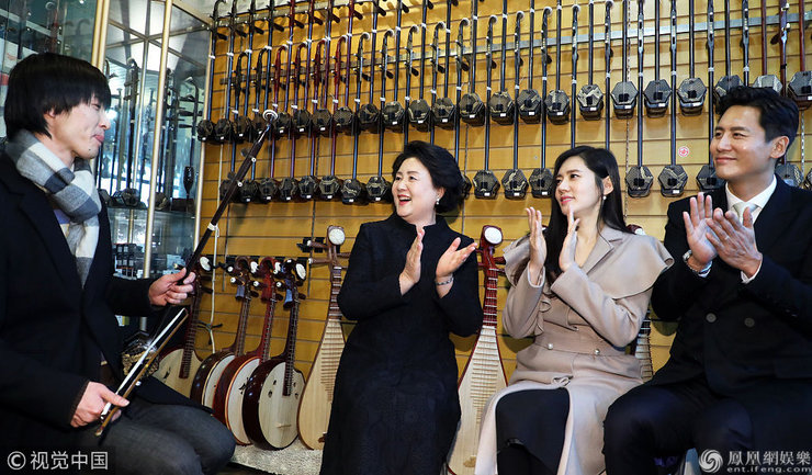 秋瓷炫夫妻拉二胡甜蜜对视十分恩爱 不顾身旁韩国