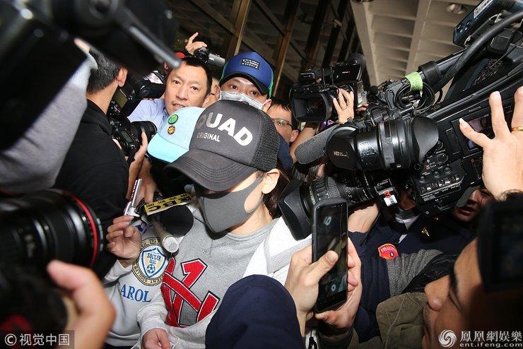陈乔恩醉驾被拘后现身 面色苍白小声道歉便搭车离去
