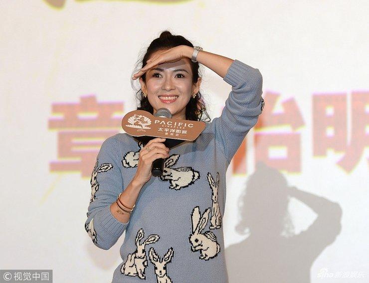 章子怡现身《无问西东》影迷见面会 卡通毛衣配短裙少女心十足
