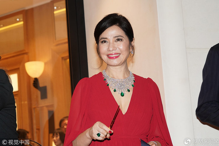 钟楚红出席活动红色低胸连衣裙配名贵珠宝 散发高贵气息