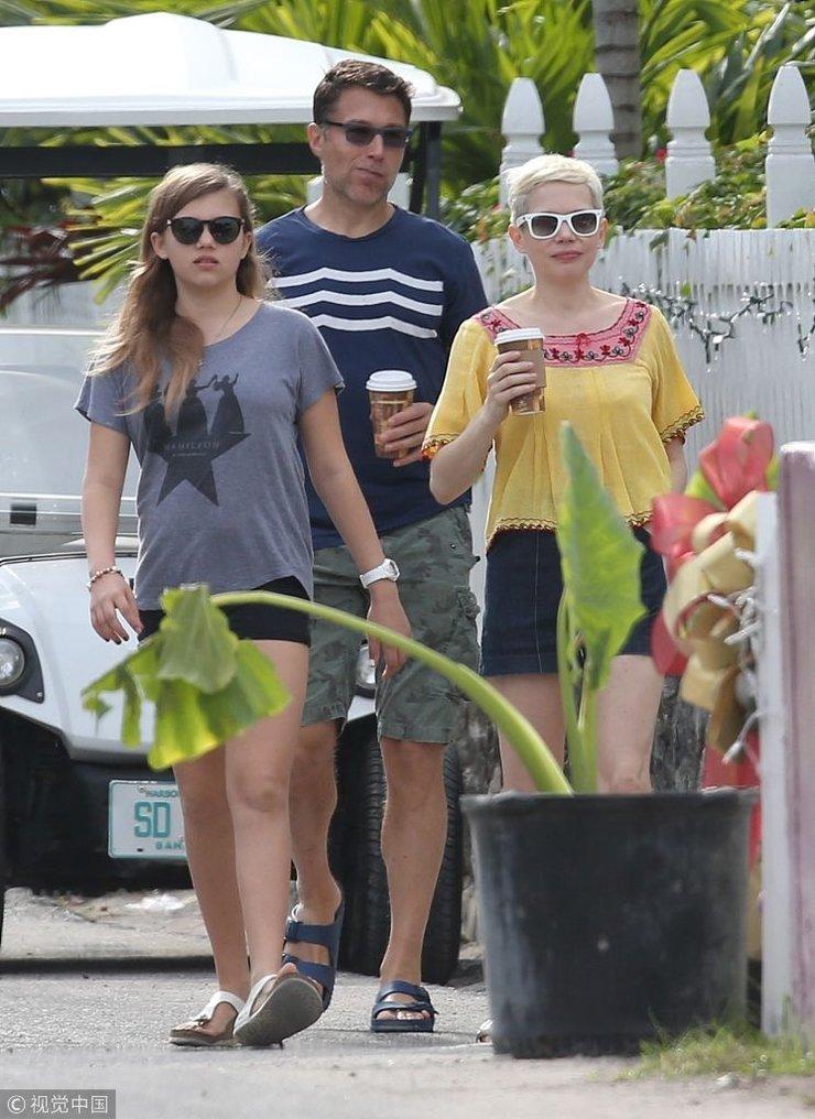 米歇尔・威廉姆斯带女儿和新男友度假 三人齐看镜头超默契