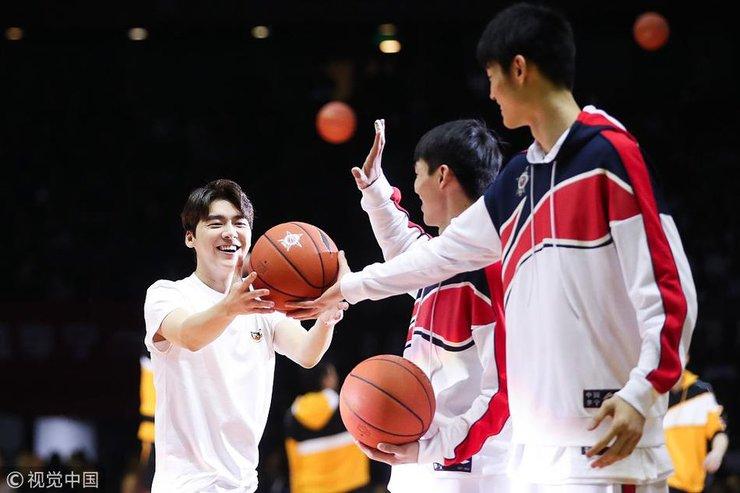 李易峰现身2018CBA全明星正赛 帅气投篮大秀球技迷倒一片