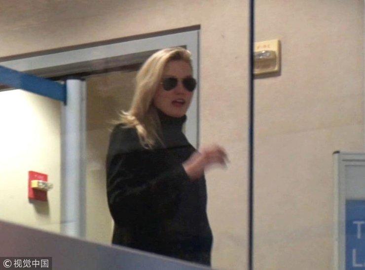 超模卡莉・克劳斯黑衣黑超酷劲十足 遭跟拍挥手作别亲和接地气