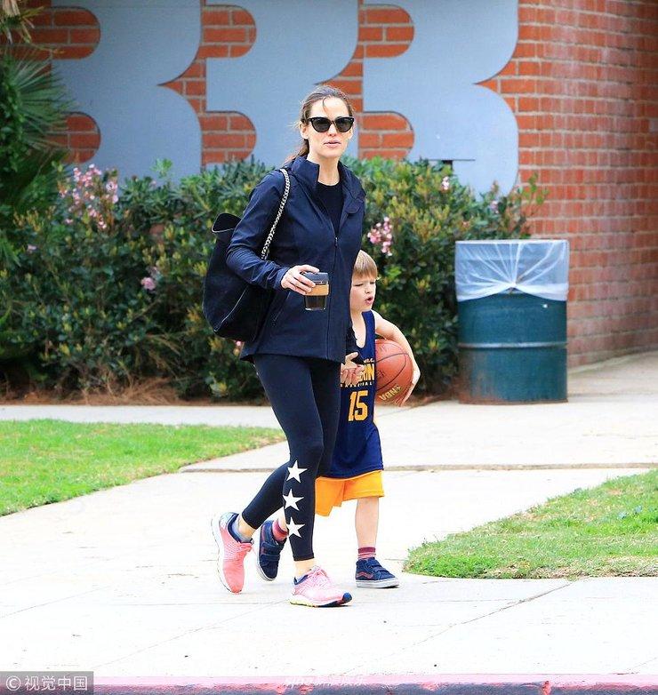 詹妮弗加纳陪儿子公园打篮球 黑超遮面素颜气色不佳