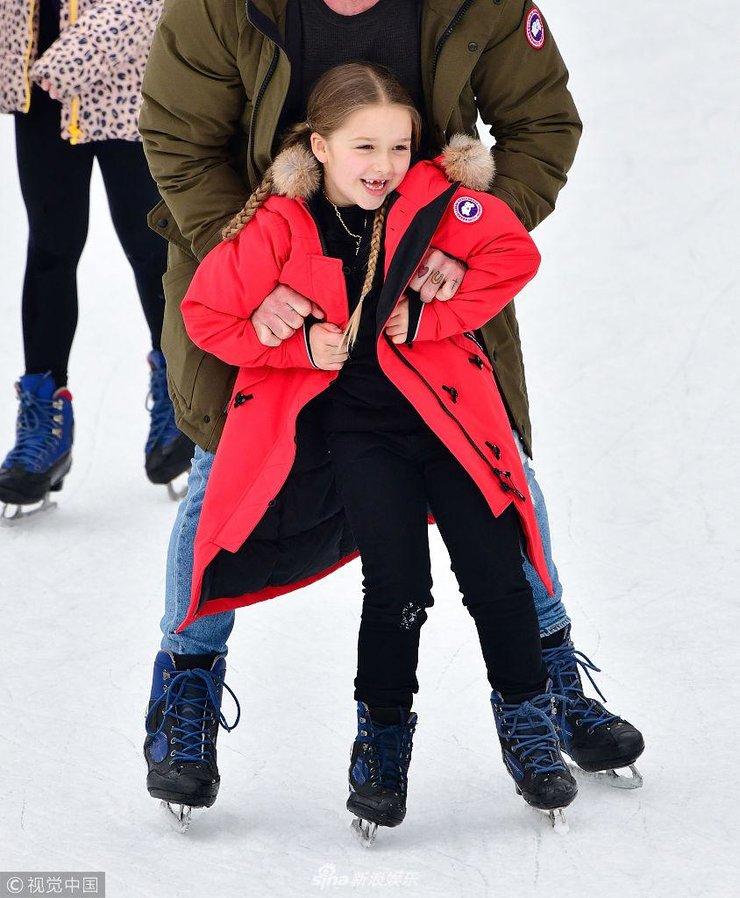 贝家孩子和保姆现身溜冰场 小七梳麻花辫溜冰俏皮吐舌露牙缝超可爱