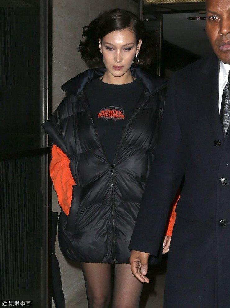 贝拉・哈迪德卫衣搭羽绒袄时髦出街 性感露美腿惹狂拍气场十足