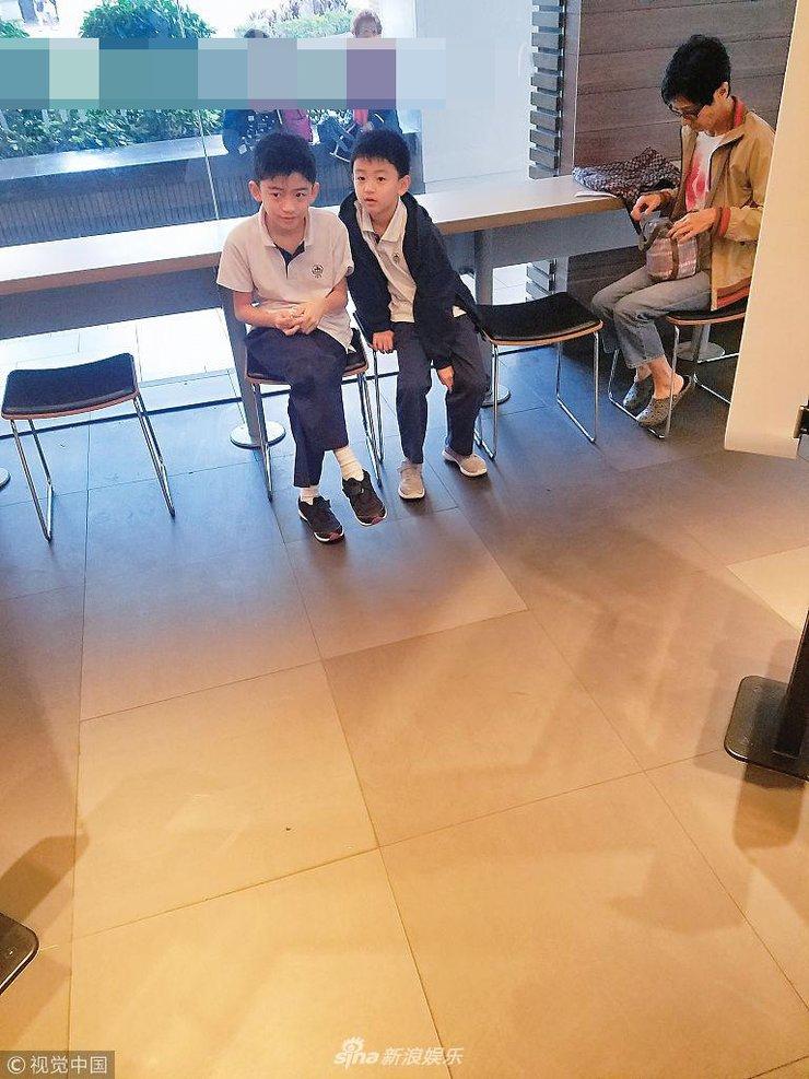 张柏芝带儿子吃快餐 两兄弟亲自选食品跷二郎腿变小绅士