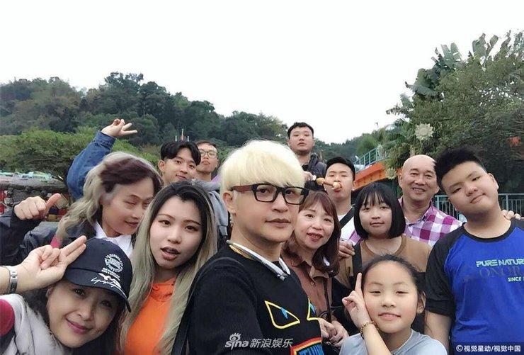 陈志朋回台过年携闺蜜同游游乐场 这次造型终于不辣眼了