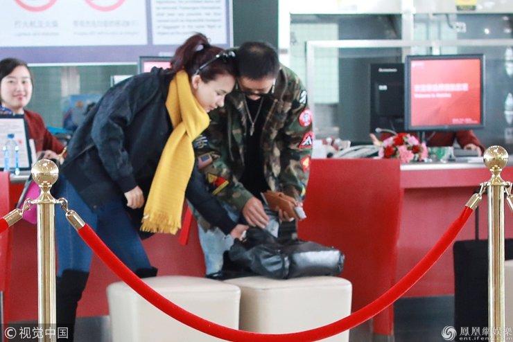 韩庚与女友卢靖姗一同现身机场 一路有说有笑十分甜蜜