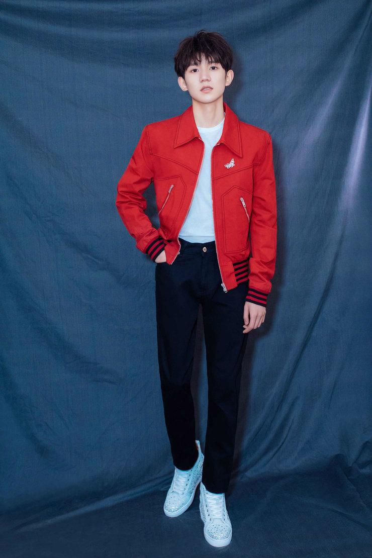 王源三临春晚 中国红夹克引领时代新潮流