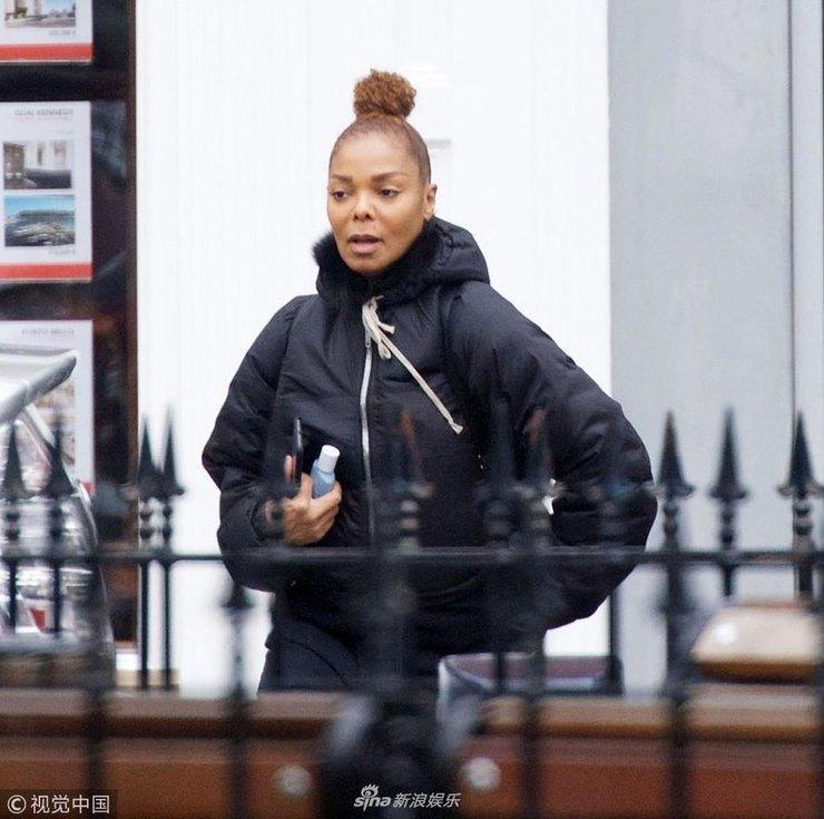 杰克逊52岁妹妹珍妮素颜高扎丸子头似道姑 全黑LOOK外出买水果