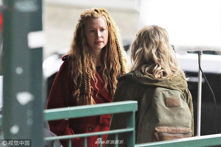 艾玛・布斯红色大衣加身拍新剧编辫子 造型十分娇俏