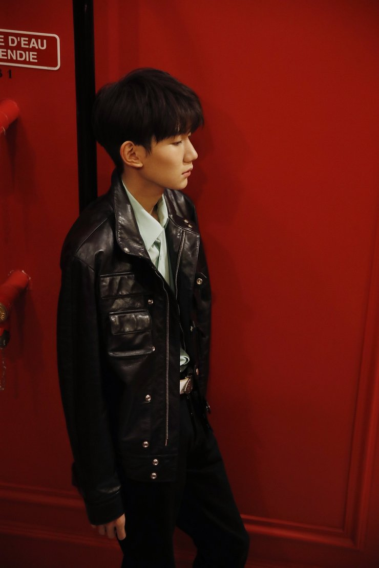 王源巴黎时装周亮相大秀 薄荷绿致敬经典演绎摇滚少年