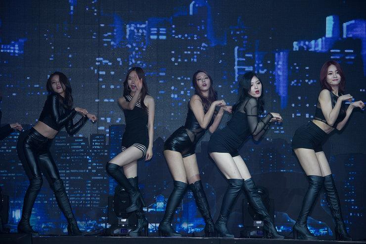 韩国女团AOA穿超短裤 场面火爆控制不住