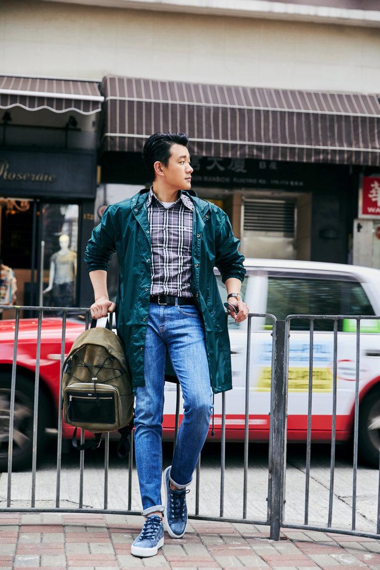 佟大为香港街拍大片曝光 穿云杉绿风衣变身运动型男