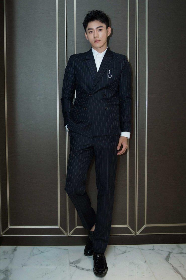李程彬携新戏亮相活动 深色条纹西服造型成熟而稳重