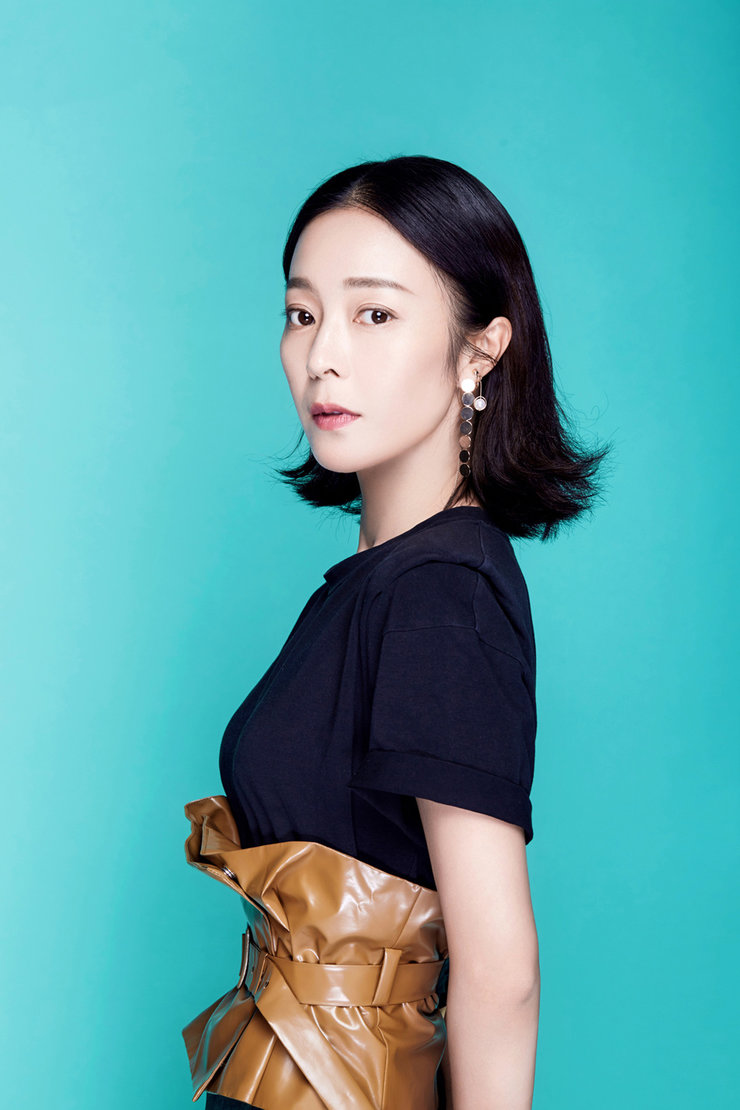 刘冰�h拍摄时尚大片解锁新造型 御姐范十足