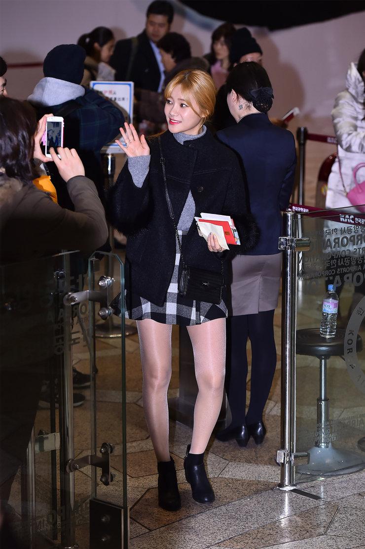 AOA机场秀长腿心情大好 少女感十足