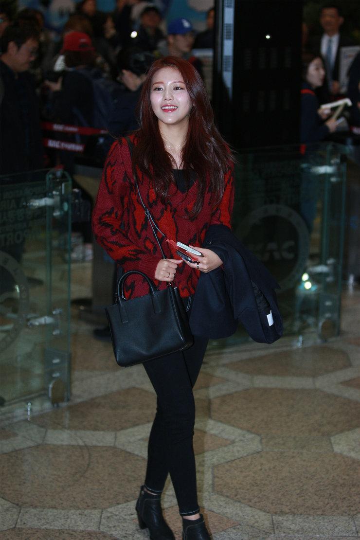 人气女团AOA现身机场 潮装晒美腿超养眼