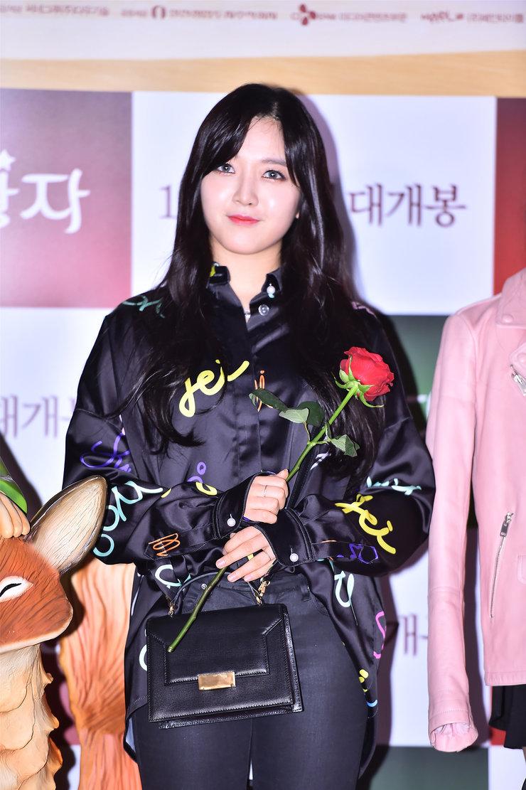 女团AOA皮衣装扮亮相 酷劲儿十足掀起时尚新潮流