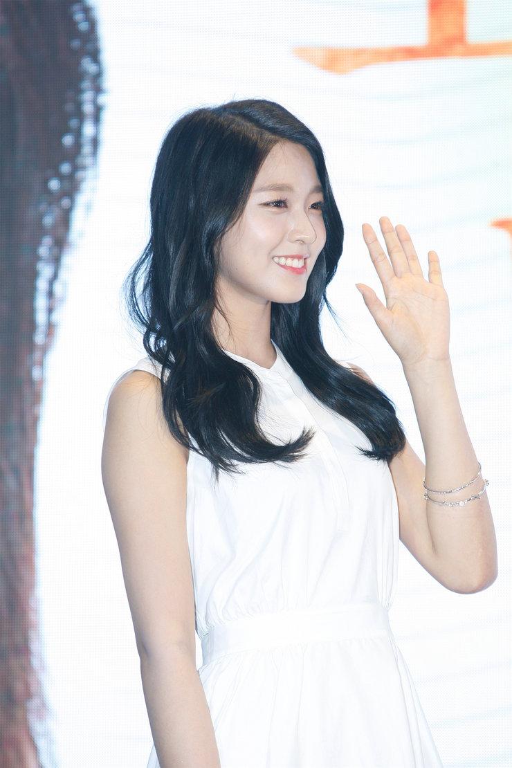 AOA女神亮相品牌发布会 微笑露甜酒窝