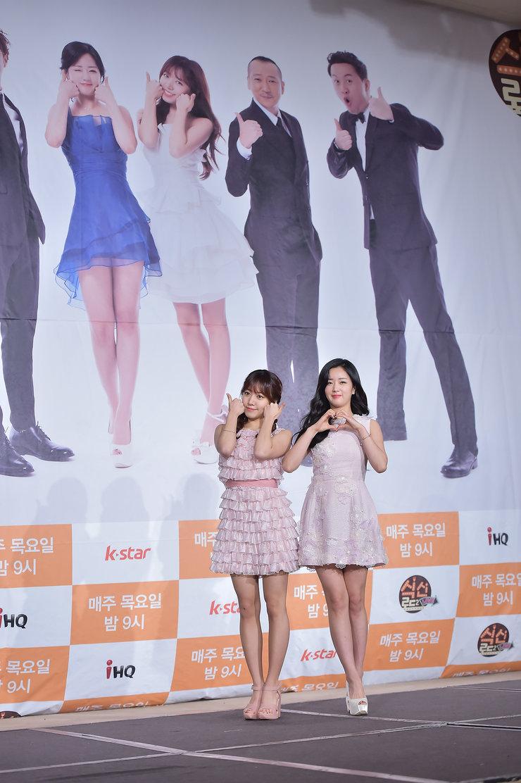 韩国女团APINK现身发布会 秀美腿白到发光