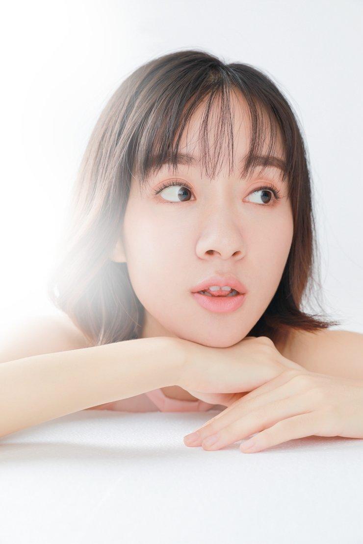 杨�h文艺写真曝光 镜头表现力十足展现多重魅力