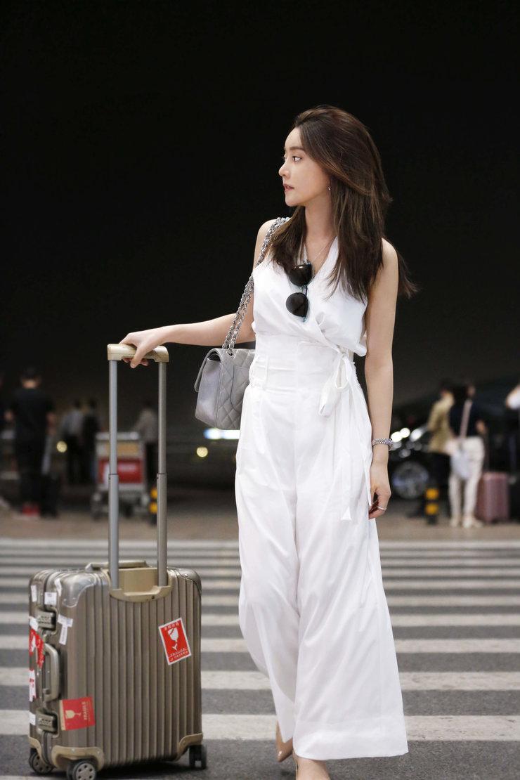 主播阿扎现身巴黎机场 白衣轻装上阵简约大气