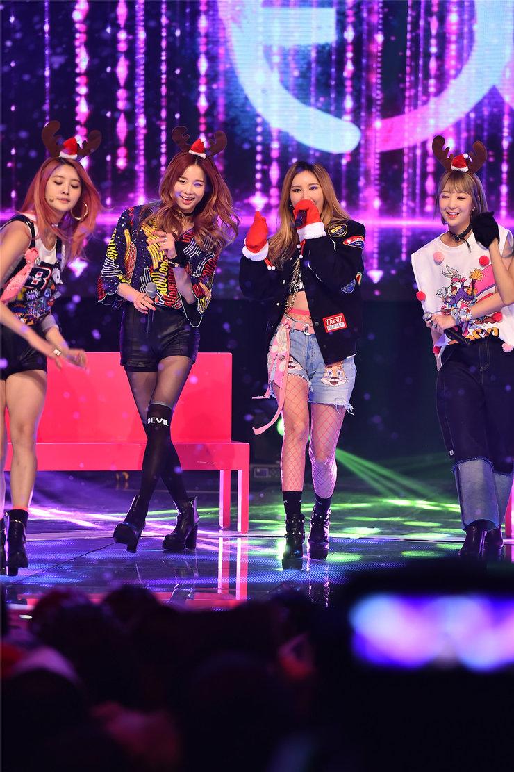 EXID演唱会点燃现场 细直美腿占了画面三分之二