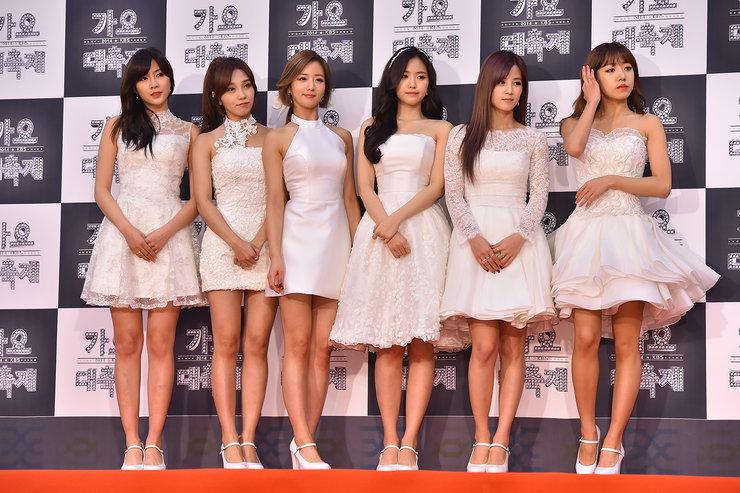 APINK穿着白色晚礼服亮相电影节 气质优雅大方