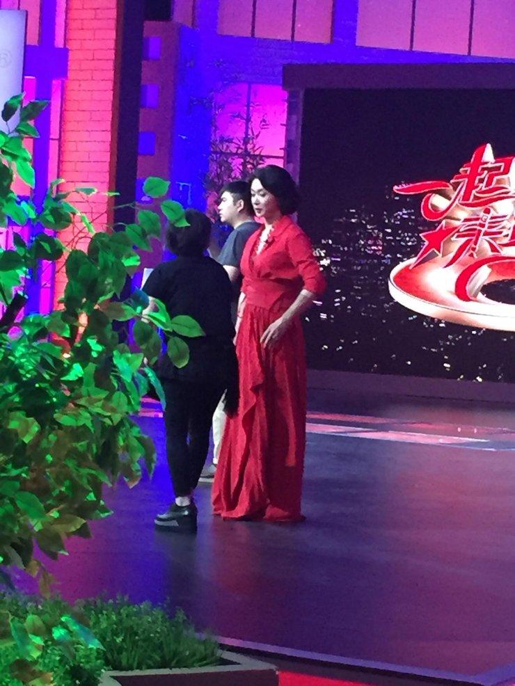 金星红色长裙录制新节目 舞台上等待工作人员补妆