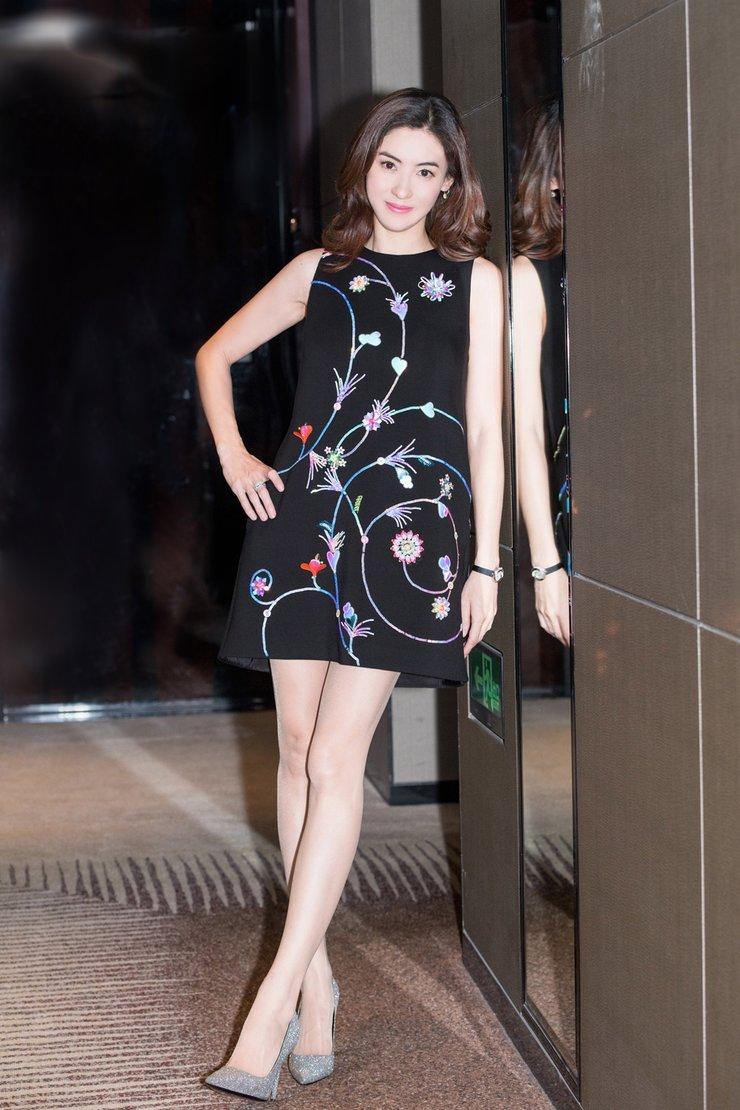 张柏芝黑裙出席活动 披肩长发美艳大长腿十分吸睛