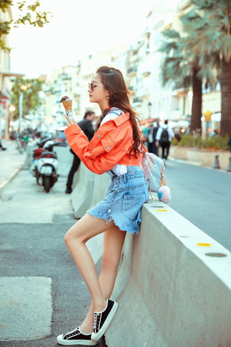 关晓彤曝戛纳度假风写真 淡蓝色裙装不吝秀出美腿