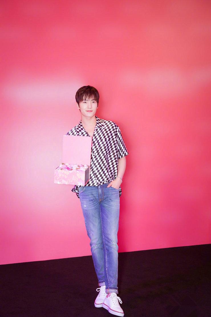 杨洋身穿格子衬衫亮相 造型清爽少年感满分