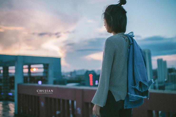 美少女天台拍摄唯美写真 尽展文艺气息