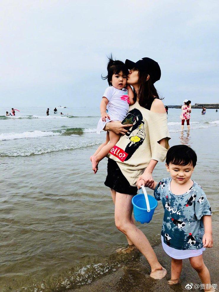 贾静雯修杰楷带娃休假 ����和爸爸牵手走在海水里