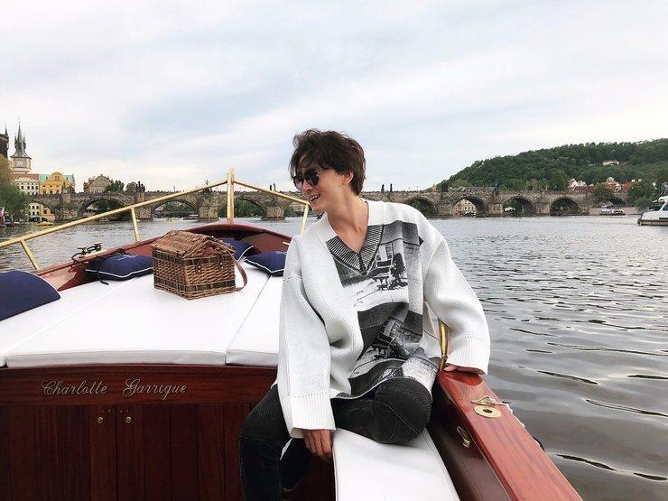 郑元畅出道15年发自己帅照 布拉格河上坐小船举杯庆贺